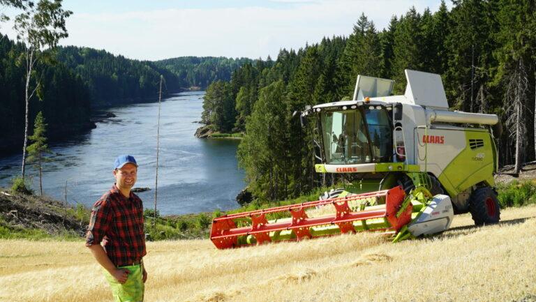 Produktsjef Ingar Høgmoen framfor landets første CLAAS TUCANO 430 MONTANA.