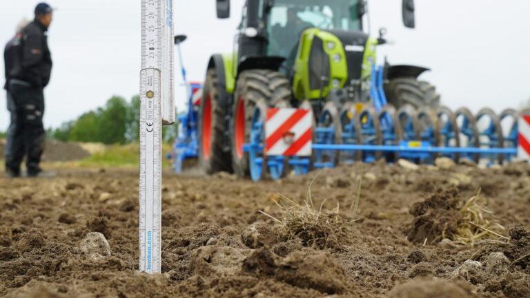 Arbeidsdybden på rotorharva stilles enkelt med forholdet mellom harv og pakkevals. Her i ferdig sådd land var det 7 centimeter med løs og fin jord.