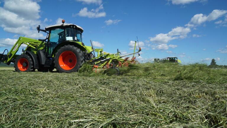 VOLTO sprederive bidrar til betydelig raskere fortørking av graset, noe flere har sett nytte av med utfordrende høstevær.