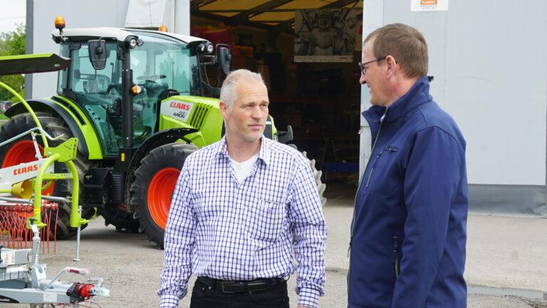 Fredrik Bergan er stolt over resultatene de ansatte hos Bergan Maskinsalg har oppnådd. Her i samtale med salgsdirektør Jörg Sudhoff fra CLAAS.