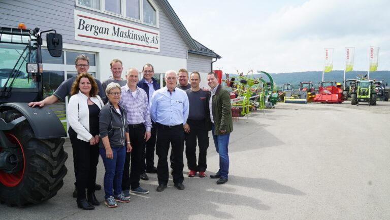Bergan Maskinsalg har 16 ansatte fordelt på salg, reservedeler, service og økonomi. Dette gruppebildet ble tatt da Sebastian Stanko og Jörg Sudhoff fra CLAAS var på besøk tidligere i sommer.