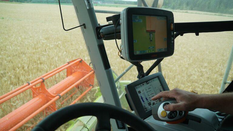 For å utnytte skjærebordets bredde optimalt er treskeren utstyrt med fabrikkmontert GPS med CLAAS S10-terminal og RTK-signaler.