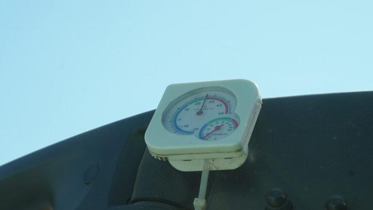 Fra treskerhytta følger Knut med på både temperatur og luftfuktighet.