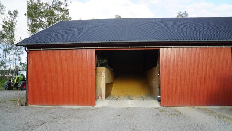 Hans Jørgen har tørke og lager på hjemgården Røren. I tillegg til plantørke har han også reist en utvendig silo ved siden av låven.