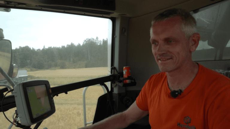 Smilet kommer raskt når Knut Erik Hersleth får satt seg i treskersete.