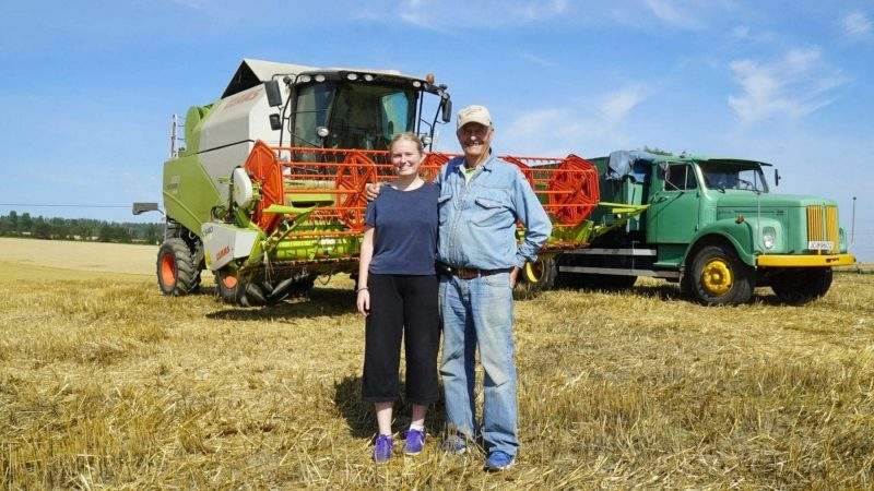 Karoline (19) og Wilhelm (82) er sammen om skuronna på Hovelsrud