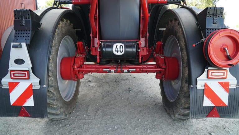PRESIS OG ENKELT: Sprøyta følger i traktorens kjørespor takket være et elektrohydraulisk kompass og en gyro, montert på akslingen. Ettersom pumpene og bom- og akselstyringa drives via LS-hydraulikk, er det ingen annen forbindelse til traktoren enn kulekoblingen, og sprøyta blir derfor veldig enkel å koble på og av.