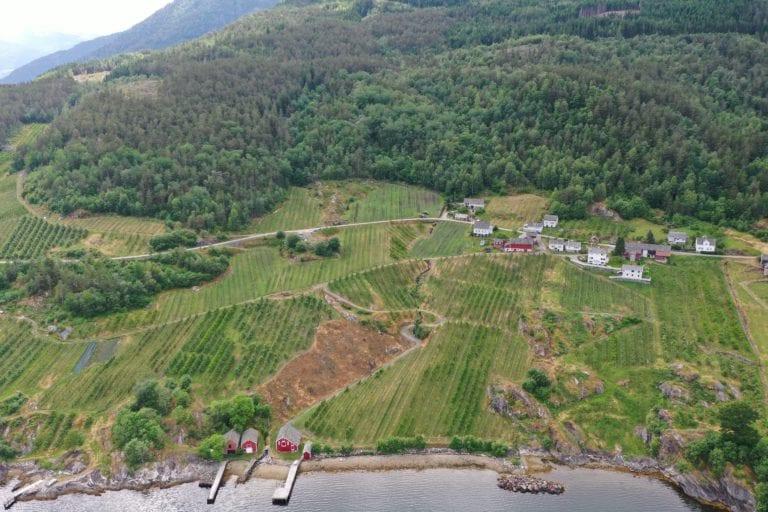 Gården Djønno Ytre ligger ned mot Hardangerfjorden, i Voss herad.