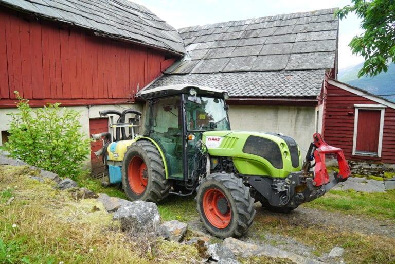Hovedtraktoren på Djønno Ytre er en CLAAS NEXOS 240 F. Traktoren har 103 hestekrefter og er cirka 1,4 meter bred.