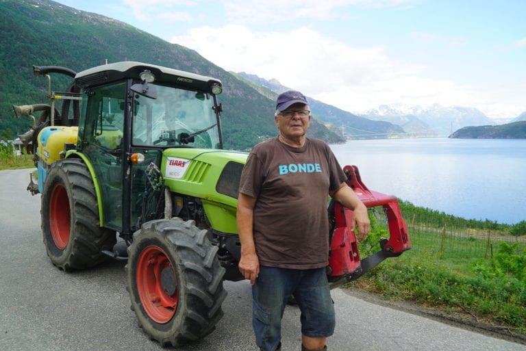 I sitt 72. år er Knut Djønne fortsatt aktiv fruktdyrker, med god hjelp av to traktorer. Vi prøver å gjøre som mulig med traktor, forteller Hardanger-bonden.