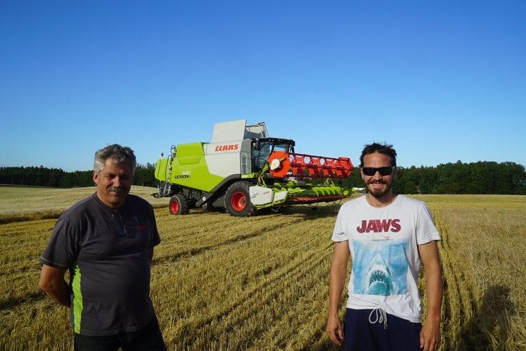 Morten Gultvedt og skruevogn-kusk Thorbjørn Frogner foran Mortens nye CLAAS LEXION 630 MONTANA.