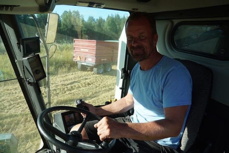 Hans Leo Hals skryter av god førerkomfort i CLAAS MEGA 350.